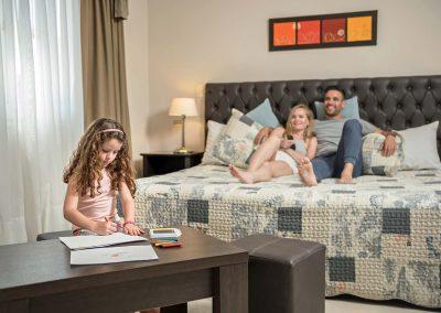 familia-dormitorio-nena-dibujando